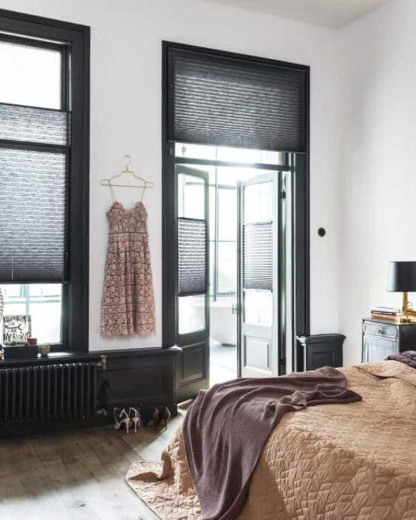Plisse, zwarte kozijnen blog verven raamdecoratie op maat - koel in huis